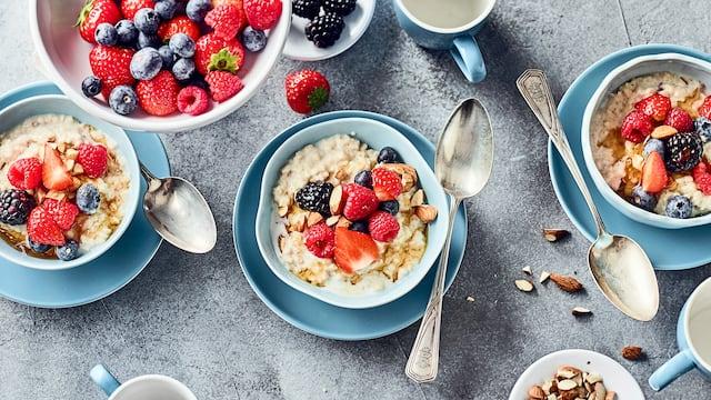 Mit dem britischen Getreidebrei liegen Sie voll im Trend: Probieren Sie unser Porridge aus Haferflocken, Zimt, Anis und Mandeln mit einem fruchtigen Topping aus gemischten Beeren und Ahornsirup!