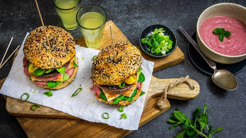 Fleischlose Burger Varianten gibt es immer mehr und diese hier ist besonders schmackhaft: Bei unserem Rezept für Portobello Burger kombinieren wir die Pilze mit Halloumi-Käse und servieren noch selbstgemachten Rote-Bete-Hummus dazu!