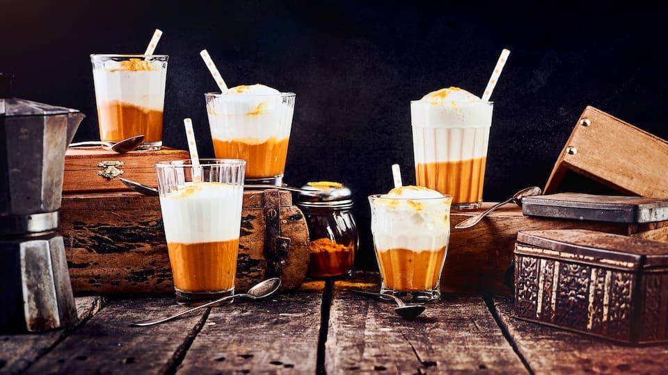 Dieses herbstliche Getränk hat sich wirklich zum Klassiker entwickelt und ist dazu ganz einfach selber zuzubereiten: Überraschen Sie Ihre Gäste doch einmal mit einem Pumpkin Spice Latte!