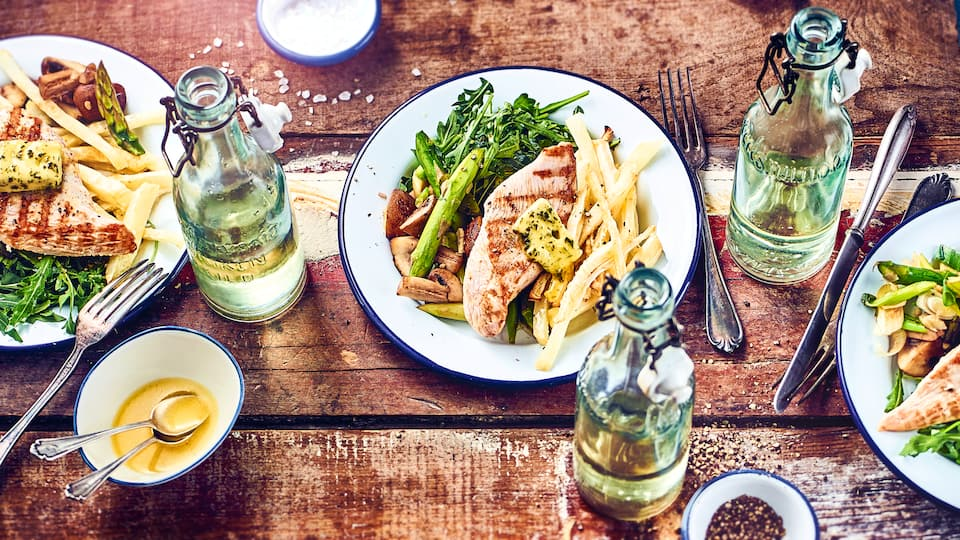 Ein super Grillgericht: Putensteaks vom Grill mit leckeren selbstgemachten Selleriefritten und Pilz-Gemüse mit Spargel.