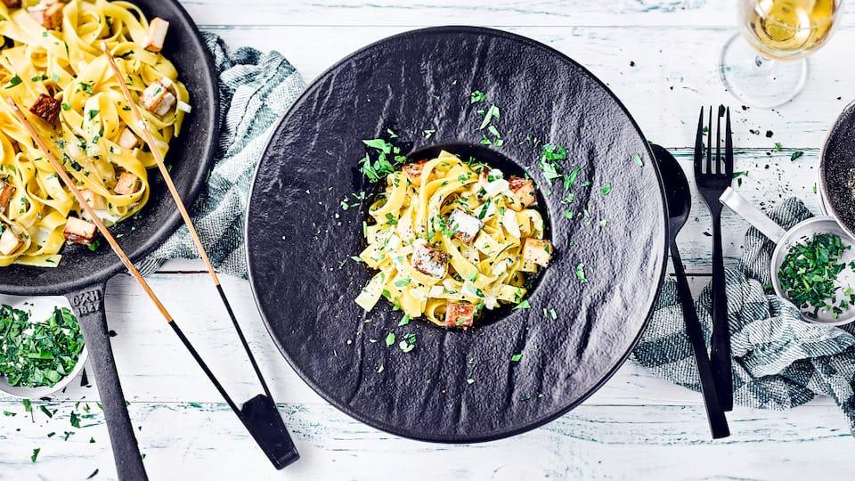 Unser leckeres Rezept kommt völlig ohne tierische Zutaten aus und schmeckt super lecker: Vegane Pasta Carbonara mit Räuchertofu und frischer Petersilie.