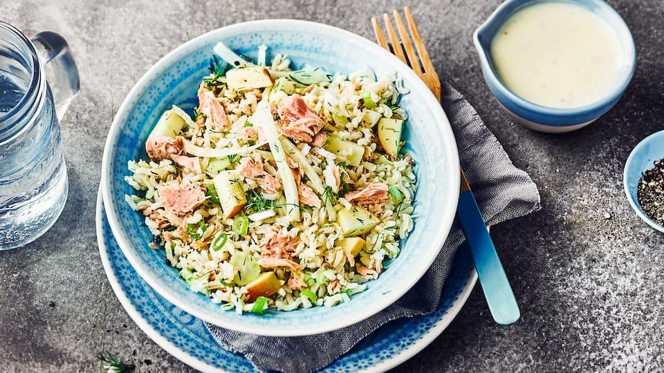 Bereiten Sie unseren Thunfischsalat mit Naturreis, Fenchel und Apfel zu! Unkompliziert vorzubereiten, eignet er sich als Essen für das Büro oder abends.