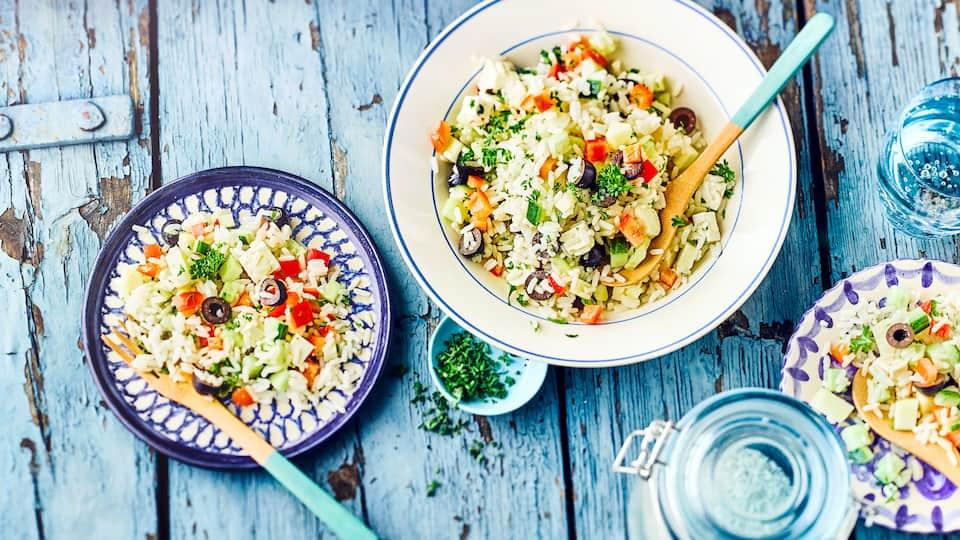 Unser Rezept für einen griechischen Reissalat wird mit Paprika, Apfel, Feta & Oliven zubereitet. Die leichte Vinaigrette sorgt für eine würzige Note.