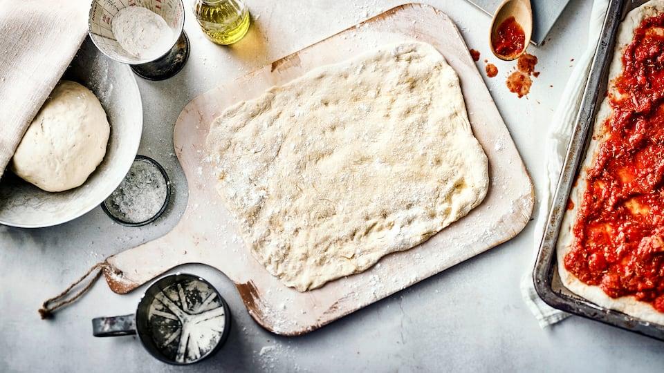 Schmeckt wie beim Italiener: Unser Grundrezept für selbstgemachten Pizzateig ist ganz einfach und lässt sich im Anschluss natürlich je nach Geschmack belegen!