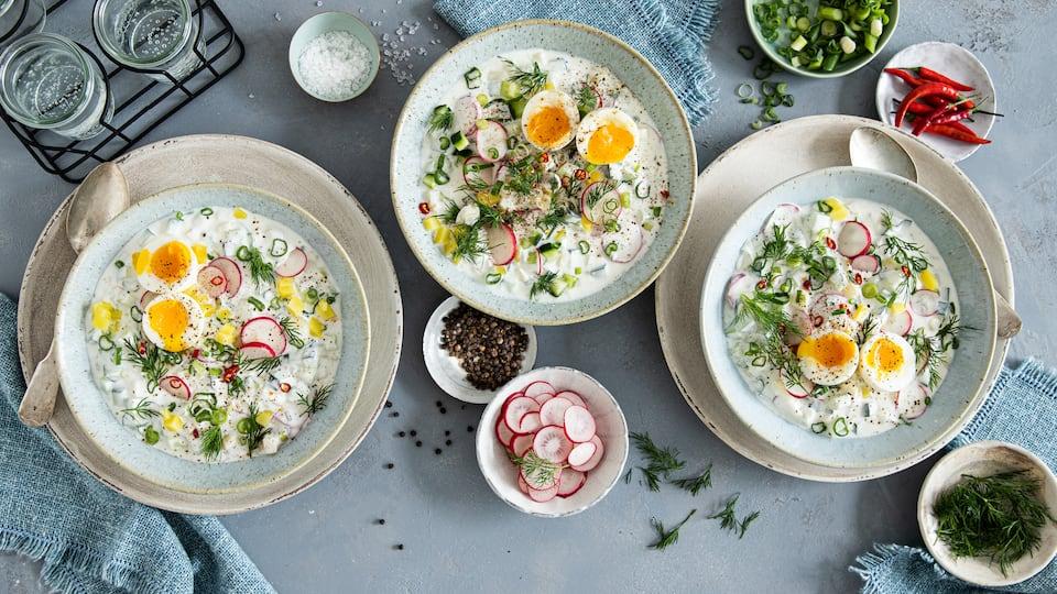 Es gibt als kalte Suppe nicht nur Gazpacho, auch dieses bekannte Gericht aus Russland ist eine erfrischende Suppe im Sommer: Okroschka aus Kartoffeln, Radieschen, Gurke, Joghurt und Crème fraîche.