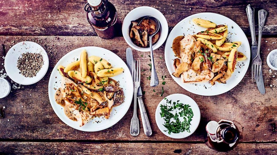 Saftige Putenschnitzel mit einer cremigen Pilzsauce und knusprigen Schupfnudeln mit Kräutern. Herzhafte Küche für Liebhaber deutscher Hausmannskost.