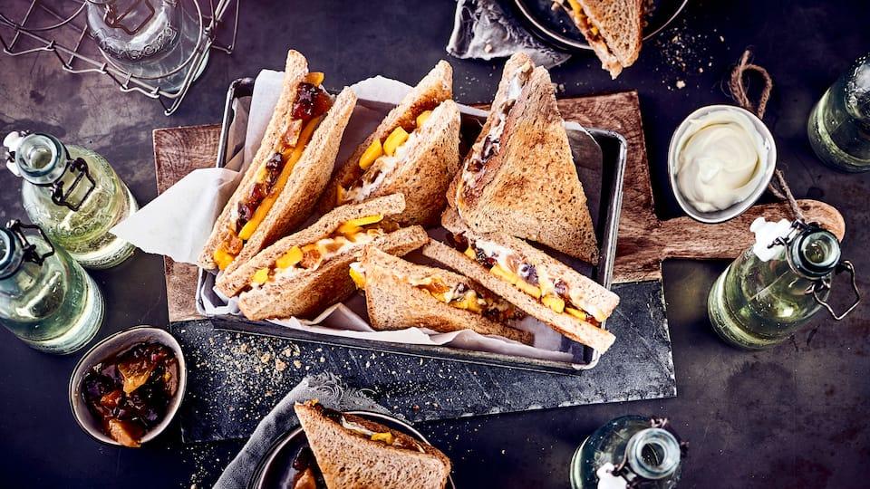 Lust auf einen ausgefallenen, vegetarischen Snack? Probieren Sie unseren süßen Quark-Toast mit frischen Mangospalten und Aprikose-Dattel-Chutney – fertig in 20 Minuten!