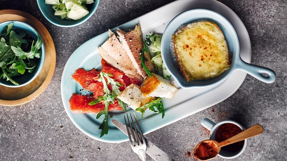 Raclette mit Räucherfischen? Probieren Sie unser raffiniertes Rezept mit Lachs, Forelle und Heilbutt an Rucola-Salat mit Zitronenvinaigrette unbedingt aus!