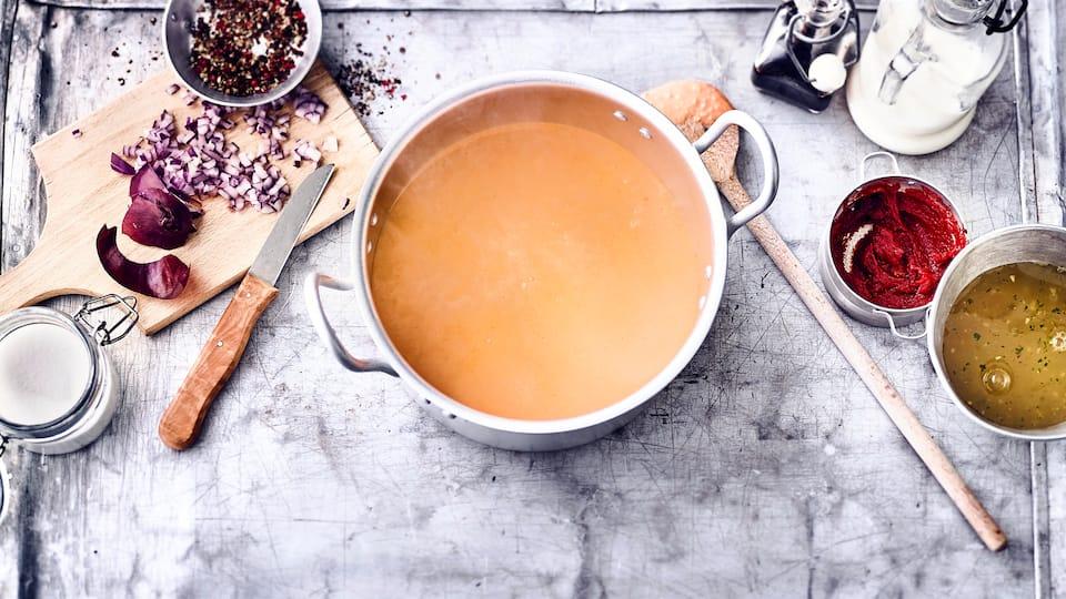 Ein Klassiker der traditionellen Küche: Selbstgemachte Rahmsoße - passt hervorragend zu Schweinemedaillons und Kalbsschnitzel.