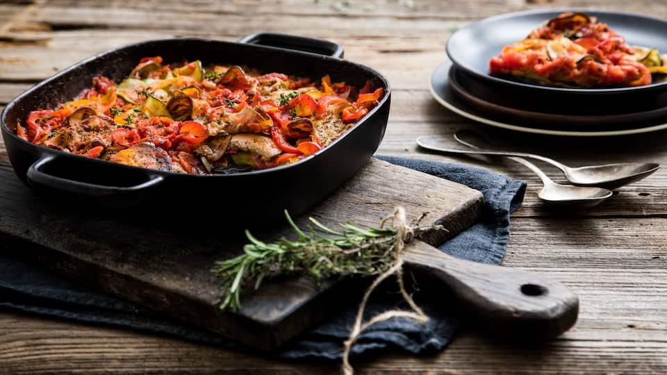 Französische Kochtradition auf höchstem Niveau. Frisches Gemüse kombinieren Sie mit provenzalischen Kräutern und passierten Tomaten. Probieren Sie unsere Ratatouille!
