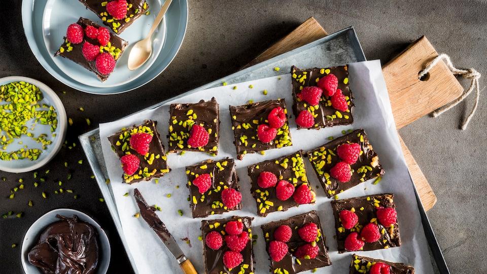 Raw Brownies mit Himbeeren