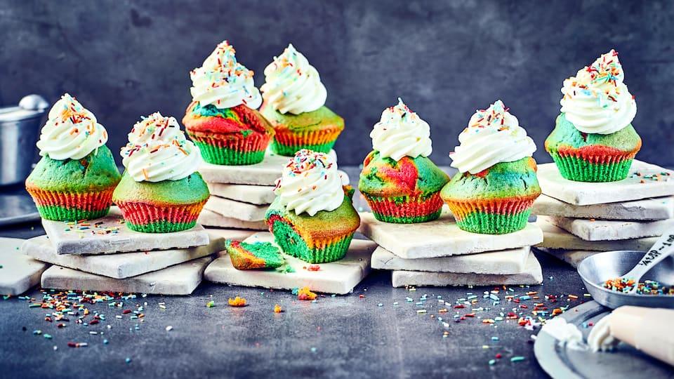 Ob für ein buntes Sommerfest im Garten oder für den nächsten Kindergeburtstag: Die farbenfrohen Regenbogen-Muffins sind einfach und schnell zubereitet und bilden das farbliche Highlight auf dem Buffet-Tisch.