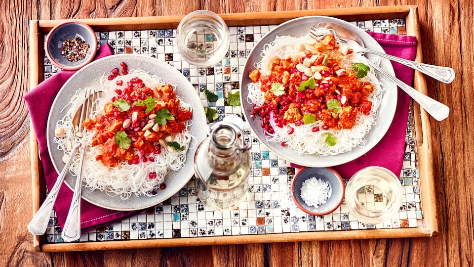 Probieren Sie unsere Reisnudeln mit Geflügelragout und Granatapfel und bereiten Sie das leckere Gericht mit Koriander und Sesamöl nach Rezept selbst zu!