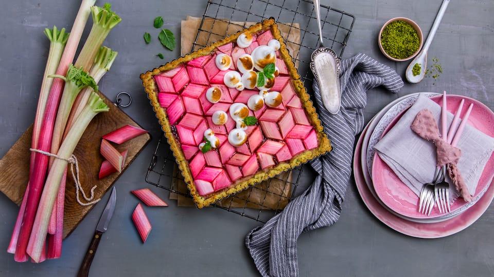 Trifft süße Meringue auf sauren Rhabarber entsteht ein leckerer Baiserkuchen, der auch optisch Eindruck auf der Kaffeetafel schindet!