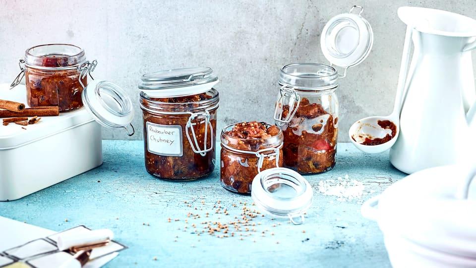 Rhabarber, Zwiebeln und jede Menge Gewürze stecken in unserem leckeren Chutney. Probieren Sie es zu Grillfleisch oder auch zu Käse – ein Genuss!