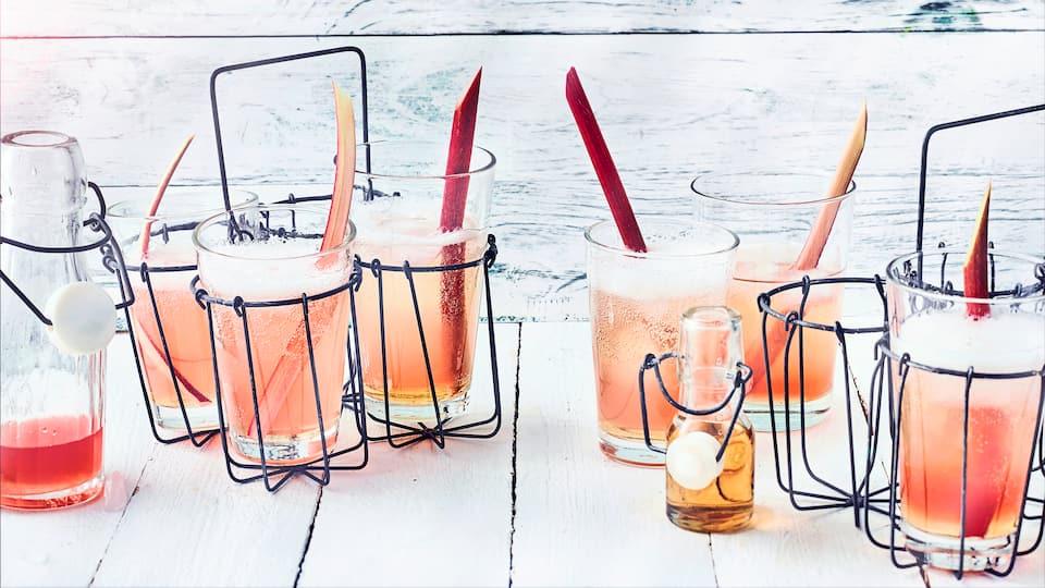 Spritzig saurer Rhabarber, gepaart mit Holundersirup und Prosecco ist einfach ein köstlich, erfrischender Sommer-Cocktail, der witzig aussieht. Auf der nächsten Party darf der Rhabarber-Holunder-Spritz nicht fehlen.