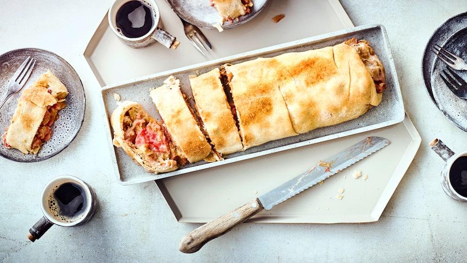 Unser Tipp für ein Gebäck passend zur sommerlichen Kaffeetafel: Probieren Sie unseren feinen Butter-Strudel mit einer Füllung aus frischem Rhabarber und Paniermehl!