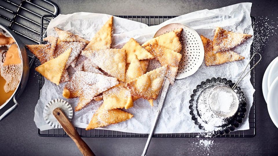 Die köstlichen Mutzen aus dem Rheinland schmecken einfach himmlisch. Sie werden in Öl ausgebacken, mit Puderzucker besiebt und schmecken warm am besten.