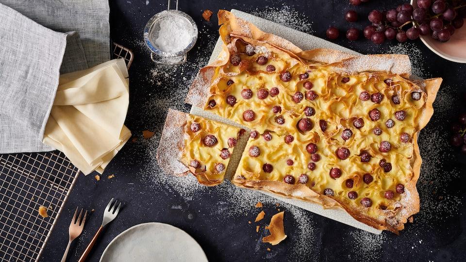 Es ist Kuchenzeit! Und zwar diesmal mit einem ganz besonderen Kuchen: Probieren Sie unser Rezept für einen selbstgemachten Ricotta-Kuchen mit Filoteig und roten Trauben.