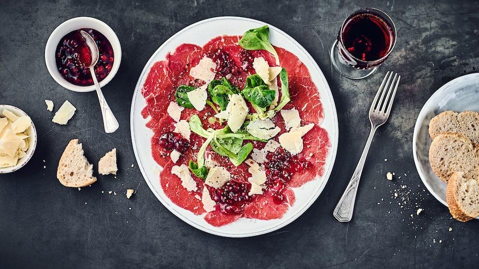 Für unser Carpaccio-vom-Rind-Rezept müssen Sie nur 20 Minuten einplanen – Parmesanspäne, Feldsalat und ein Preiselbeer-Zimt-Dressing machen es besonders.