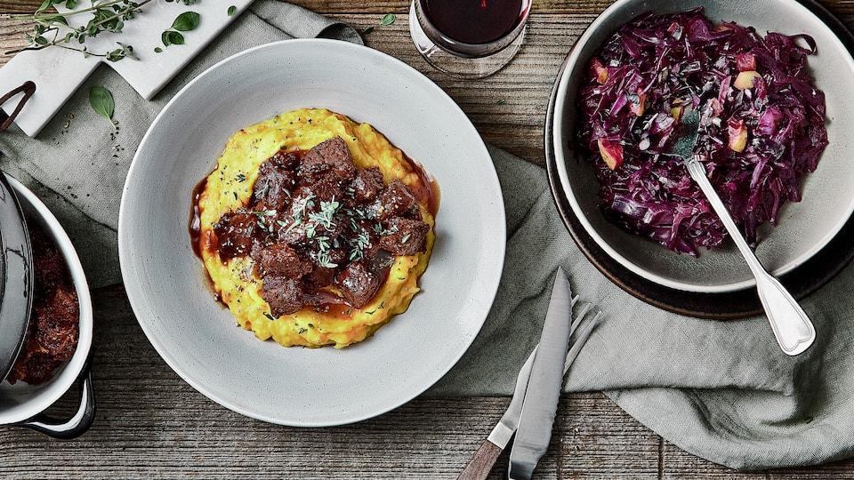 Mit unserem Rezept gelingt Ihnen dieser Klassiker mit Wachholder- und Preiselbeeren: Probieren Sie unser pikant gewürztes Rindergulasch mit Apfel-Rotkohl und selbstgemachtem Kürbis-Kartoffelbrei!