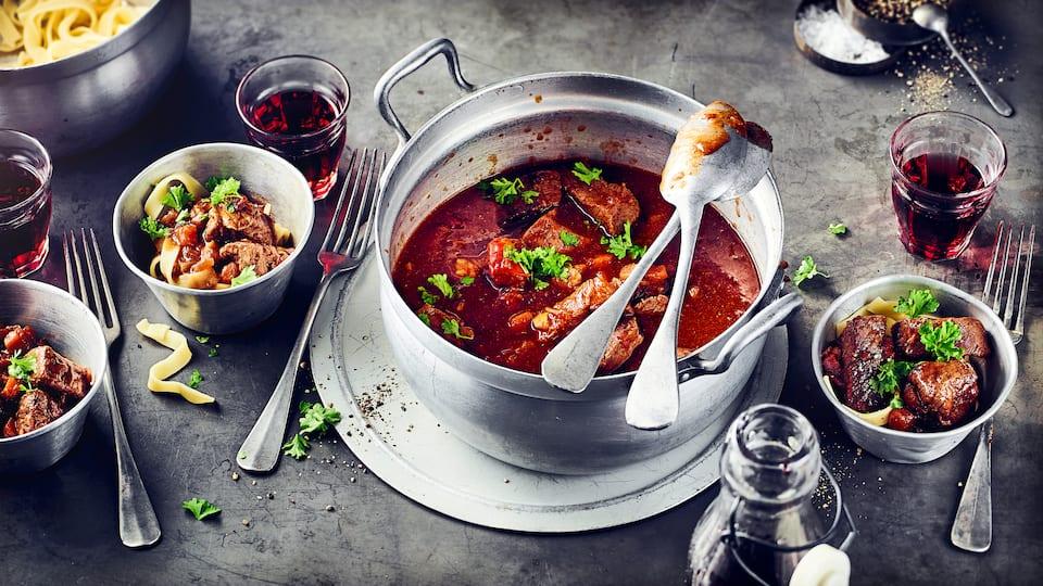 Zartes Rindfleisch eingekocht in fruchtigen Rotwein und kräftig gewürztes Tomatenmark - entdecken Sie mit EDEKA die Vielfalt würziger Gulasch-Rezepte!