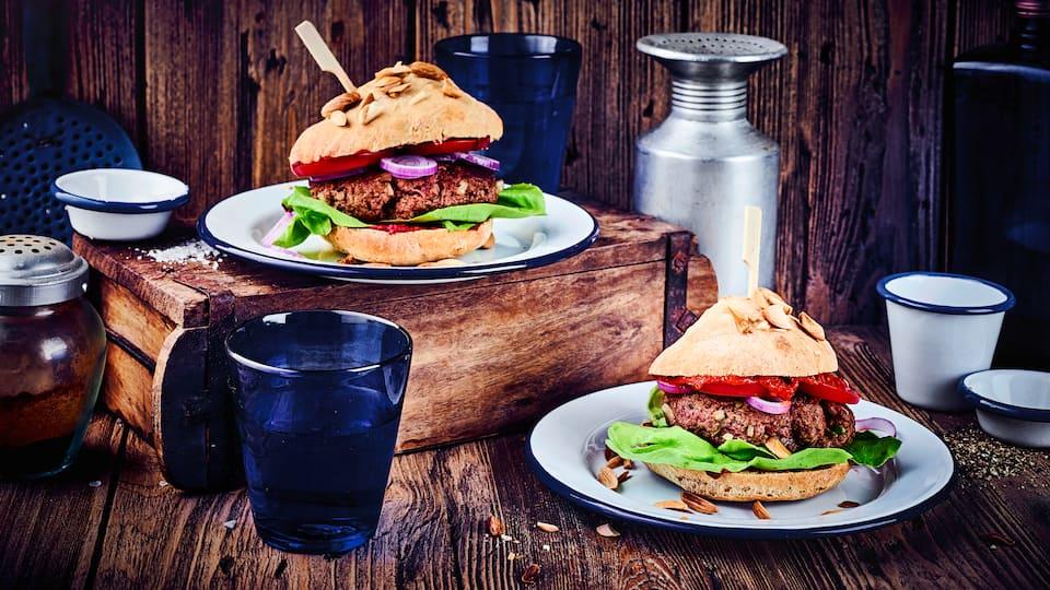 Unser Rezept für Rindfleischburger mit selbstgemachten Buns begeistert jeden Grillenthusiasten.