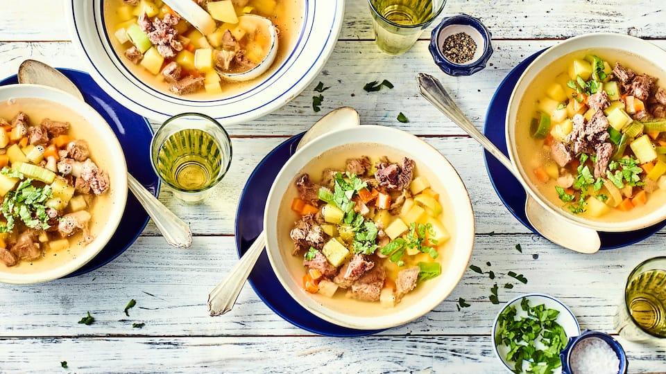 Klassisch und lecker würzig: Selbstgemachte Rindfleischsuppe mit einer Einlage aus Kartoffeln und allerlei Gemüse.