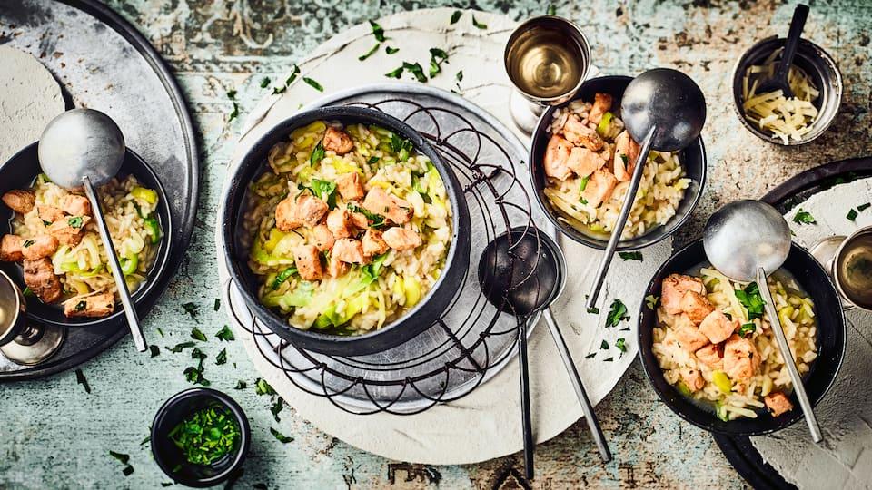 Probieren Sie unser Rezept für ein Risotto mit Parmesan und Lauch an gebratenen Wildlachswürfeln in Weißweinsoße einmal aus – pikant und lecker!