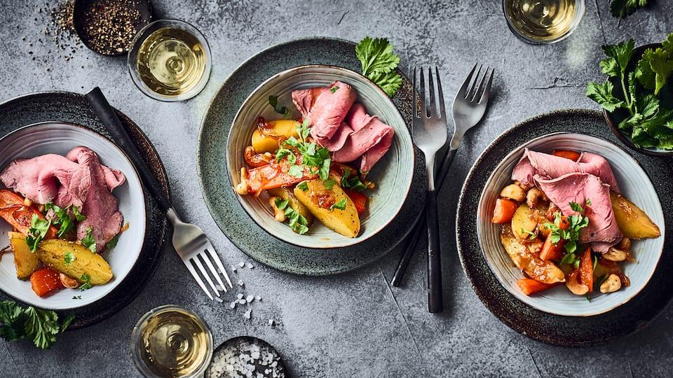 Mit unserem Rezept für ein Roastbeef-Tataki aus dem Ofen zaubern Sie asiatische Küche auf den Tisch – dazu gibt's Cashew-Kartoffel-Möhren-Gemüse!