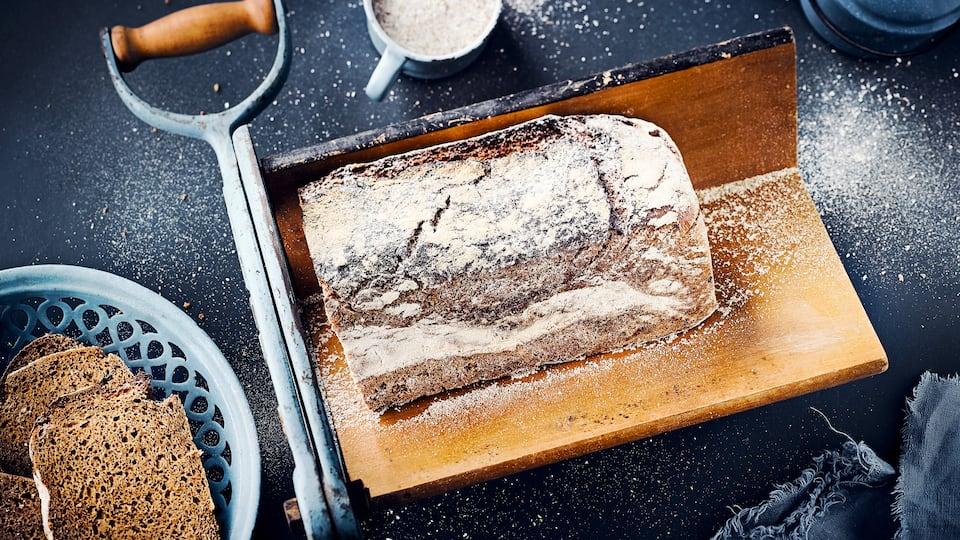 Backen Sie feinwürziges Roggensauerteigbrot und genießen Sie! Mit unserem Rezept bereiten Sie aus Roggenmehl und -schrot, Fenchelsamen, Zucker und Salz ein köstliches Brot im Backofen zu. Probieren Sie es aus.