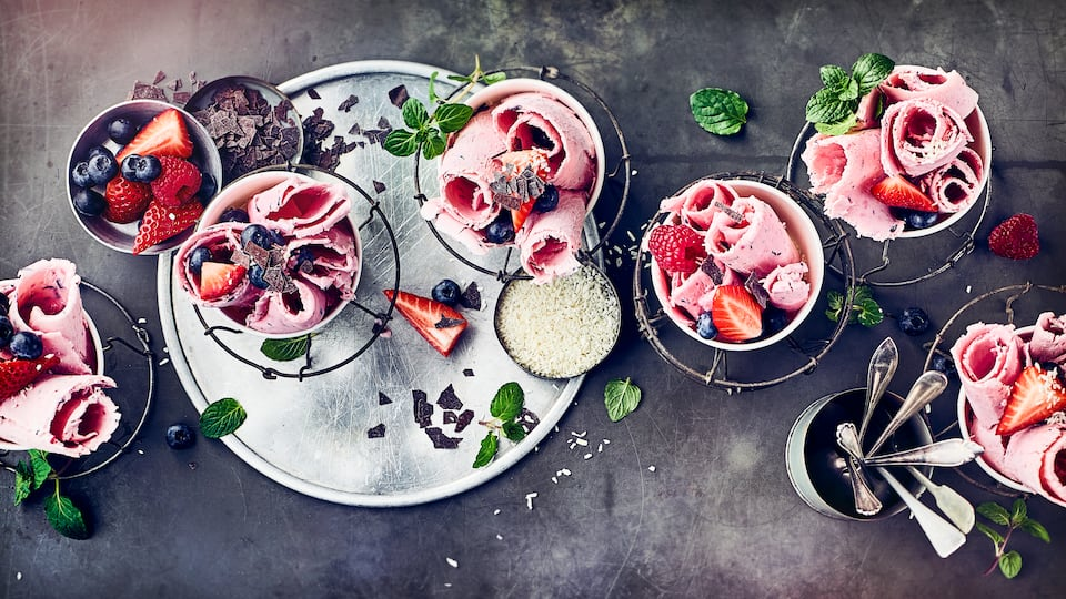 Absoluter Trend und super lecker ist unser Rezept für selbstgemachte Rolled Ice Cream. Mit vielen Toppings serviert schmeckt es besonders gut und lässt sich hervorragend variieren.