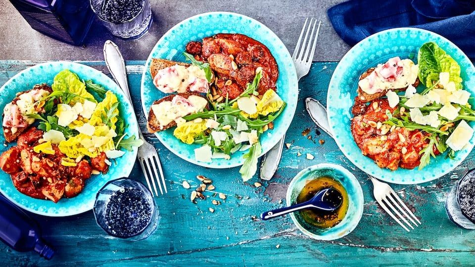 Leckere Zwischenmahlzeit mit Geflügel: Probieren Sie unseren Romanasalat an gebratener Hähnchenbrust mit Pesto-Kruste, dazu Bruschetta mit Kürbiskernbrötchen, Gorgonzola und Cocktailtomaten!