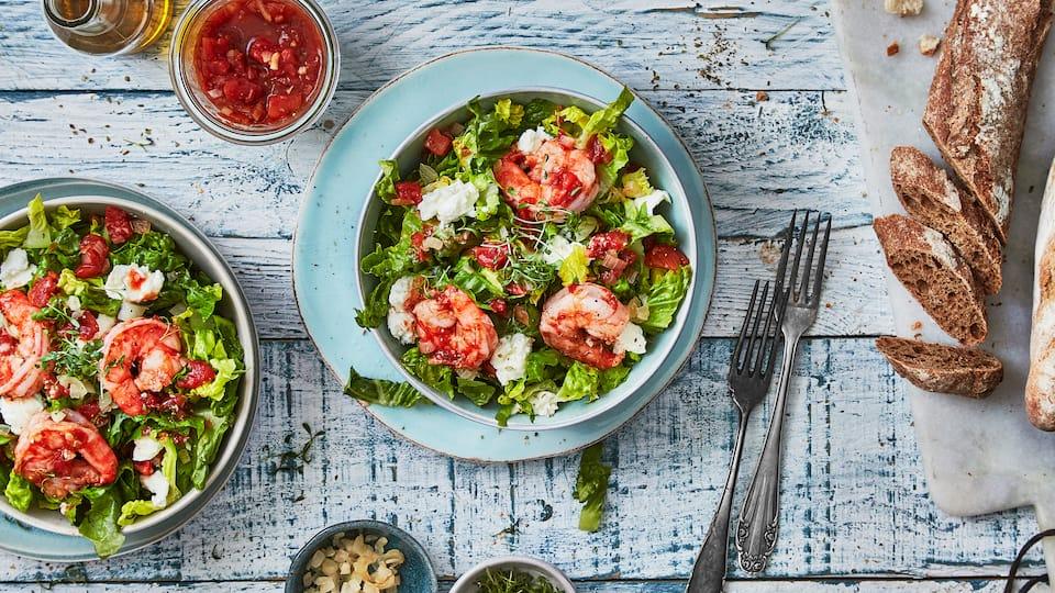 Sie suchen eine schnelle Zwischenmahlzeit mit Meeresfrüchten? Dann probieren Sie unseren erfrischenden Romanasalat mit Büffel-Mozzarella, Tomaten, Oregano und gebratenen Garnelen – fertig in weniger als 20 Minuten!