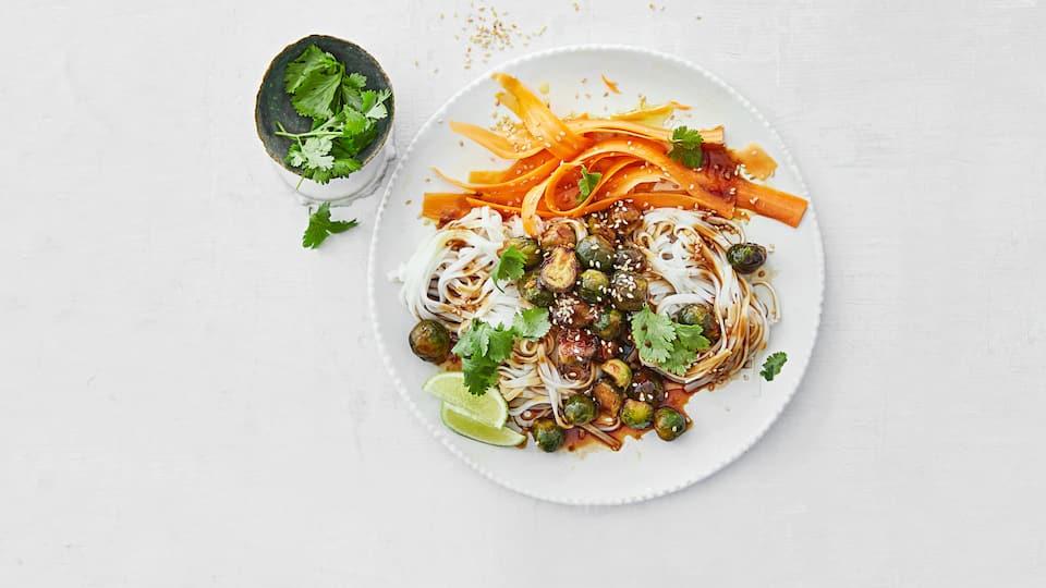 Die kleinen Rosenkohlknospen sind wahre Wunderbälle und ergeben in Kombination mit Karotten und Reisbandnudeln eine leckere Mahlzeit, die nicht schwer im Magen liegt.
