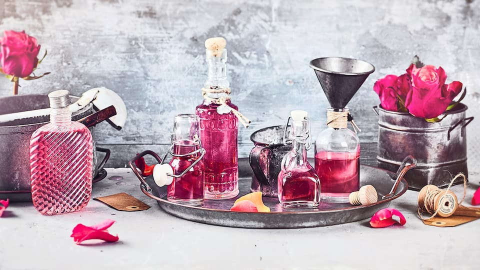 Unser selbstgemachter Rosensirup eignet sich hervorragend zum Verfeinern von Schaumweinen, Desserts und Limonaden und ist verschlossen mindestens 4 Wochen haltbar.