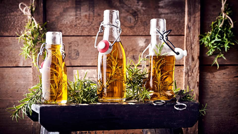Passt zu Salaten und mediterranen Gerichten: Probieren Sie unser Rezept für Rosmarinöl einmal aus! Es eignet sich auch gut als Geschenk für Freunde!
