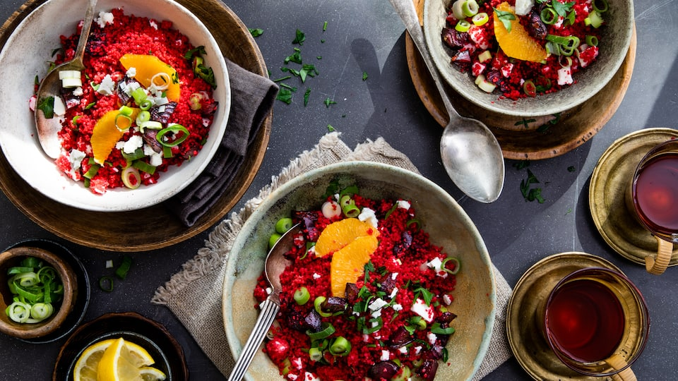Wunderschön leuchtet das Rote-Bete-Couscous mit Feta und dazu schmeckt es auch noch herrlich! Ganz einfach und schnell selbst gemacht!