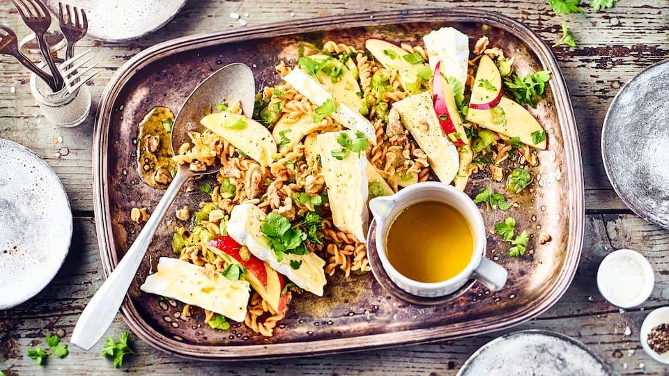 Ob zum Mittagessen oder fürs Buffet – Unser Rezept für Rote-Linsen-Pasta-Salat mit Brie und Walnüssen ist eine glutenfreie Alternative, die überzeugt!