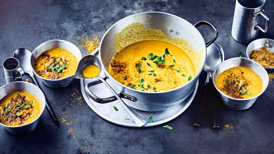 Bereiten Sie ganz schnell eine nahhafte, vegetarische Rote-Linsensuppe mit Curry und Orangensaft zu. Unser Rezept verrät Ihnen, wie es geht.
