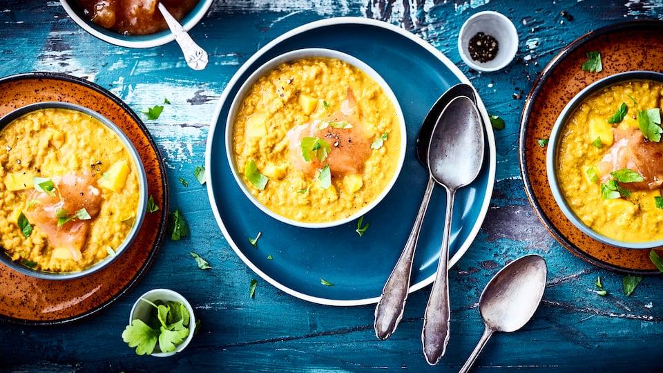 Orientalischer Eintopf für die kalte Jahreszeit: Probieren Sie unsere Rote-Linsen-Suppe mit Ingwer, Kokosmilch und dem Fruchtfleisch einer reifen Mango!
