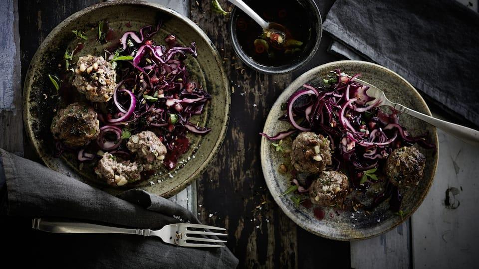 Sie mögen es würzig und scharf? Dann probieren Sie unseren Rotkohl-Granatapfel-Salat mit Hackfleischbällchen und pikanter Dipping-Soße!
