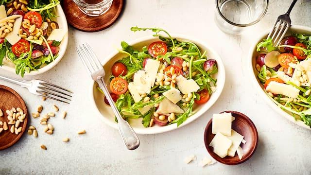 Rucola mit Käse und Trauben