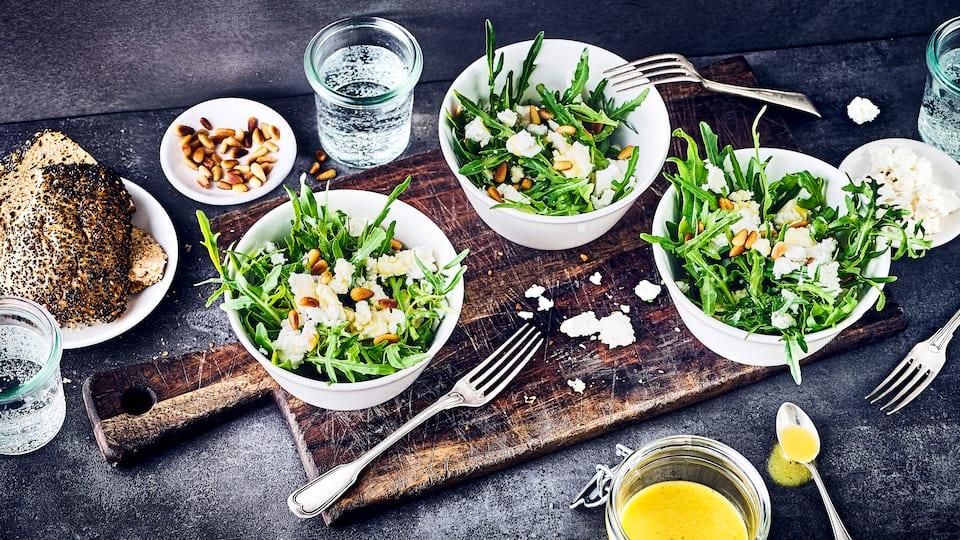 Bereiten Sie einen leckeren Rucola-Salat mit Senfsoße in nur 17 Minuten mit unserem Rezept zu. Geröstete Pinienkerne und Feta sorgen für eine Extra-Würze.