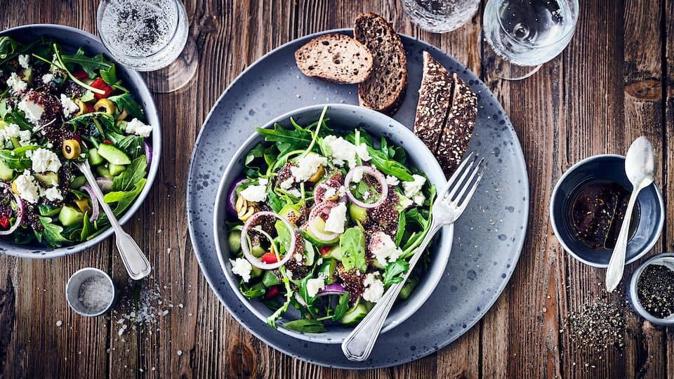 Unser mediterraner Salat ist schnell zubereitet: Probieren Sie das frische Gericht mit Rucola, Feta, Paprika, Gurke und Oliven an einem Dressing mit Chia!