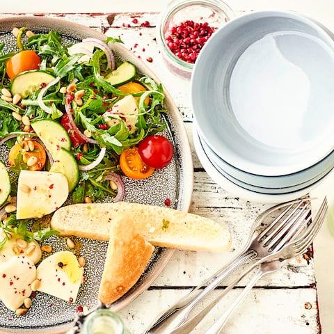 Ein mediterranes Sommer-Rezept für den schnellen Hunger: Unser Salat mit Pinienkernen, Mozzarella und einem würzigen Balsamico-Dressing ist ruckzuck fertig und schmeckt nicht nur Fans der Mittelmeerküche!