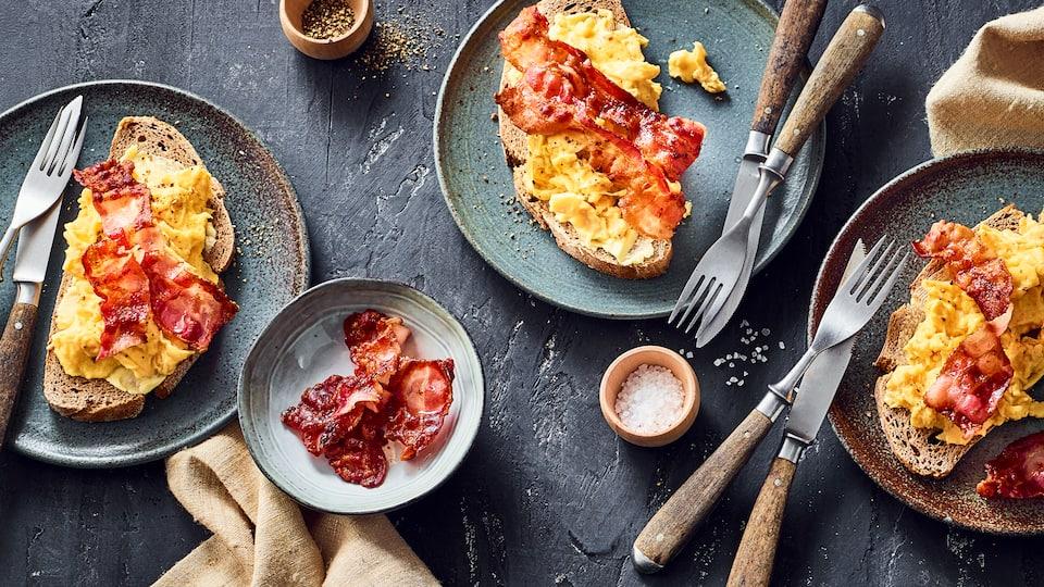 Mit dem Duft von frischem Rührei und kross gebratenem Speck locken Sie garantiert alle an den Frühstückstisch. Guten Appetit!