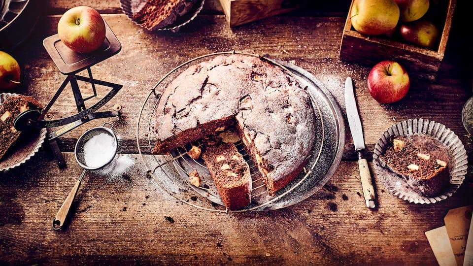 Dieses Gebäck passt auf jede Kaffeetafel: Probieren Sie unseren russischen Apfelkuchen mit Kakao, gemahlenen Haselnüssen und einem Schuss Rum – saftig und lecker!