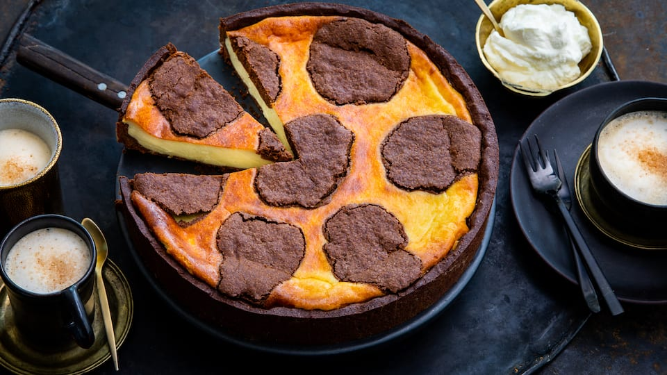 Wenn sich zwei Spitzenreiter wie Käse- und Schokoladenkuchen zusammentun, spricht man von einem Erfolgsrezept. Die Extraportion Schmand in der Füllung macht es noch verführerischer.