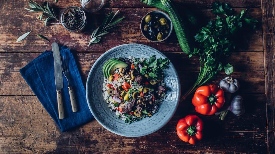 Ganz viel frisches Gemüse und leckere Rinderhüftsteaks sind die Highlights in unserem rustikalen Reissalat mit selbstgemachtem Olivenpesto mit getrockneten Tomaten.